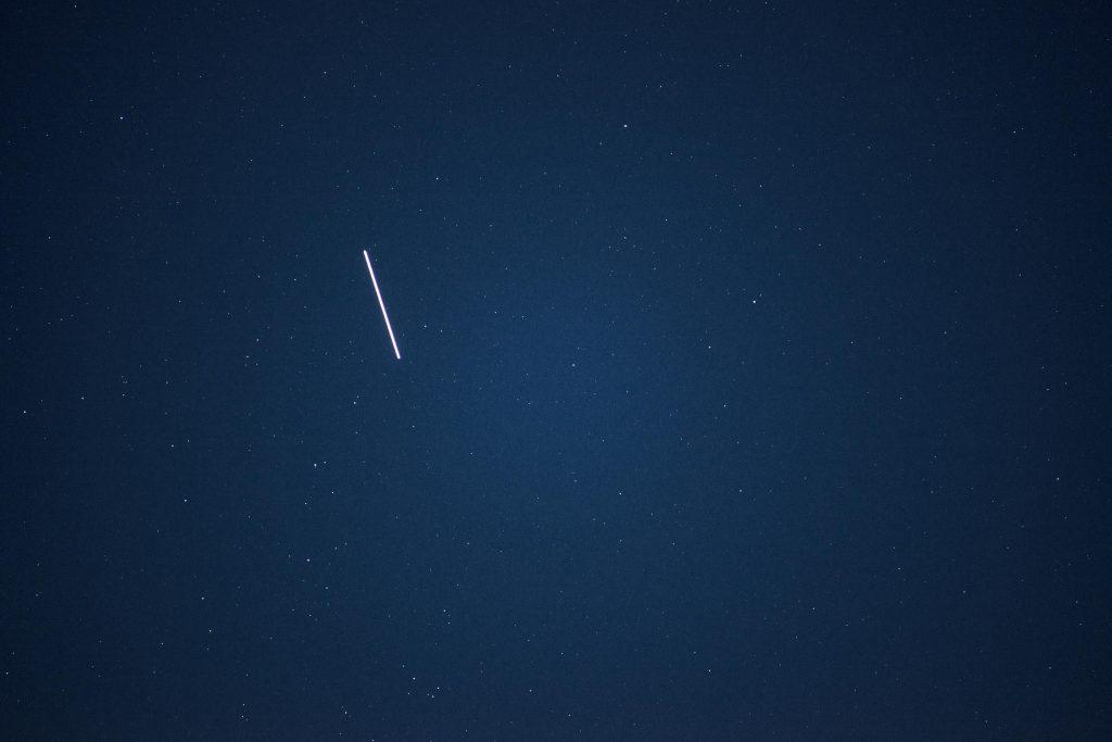 Während der Mondfinsternis zog die ISS über den Himmel. Nikon D800, Nikkor 2.5/105mm @4, ISO400, 2 sec