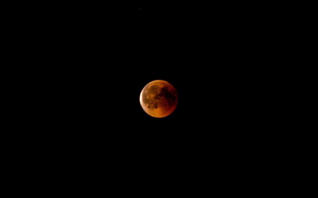 Mond beginnt gegen 23:15 Uhr aus dem Erdschaten auszutreten. Nikon d7000, Nikkor 4.5/300mm @ 5.6, ISO200, 6 sec