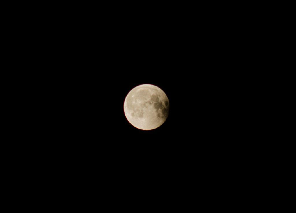 Kurz vor dem Ende der Verfinsterung @ 0:22 Uhr. Nikon d7000, Nikkor 4.5/300mm @ 5.6, ISO200, 1/125 sec
