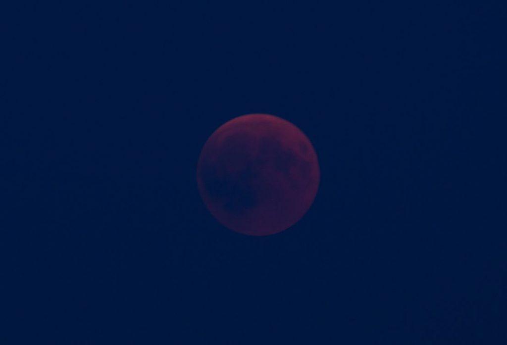 Als der Mond endlich aus dem Dunst hervortrat, hatte die Verfinsterung schon begonnen. Nikon d7000, Nikkor 4.5/300mm @ 5.6, ISO200, 1 sec