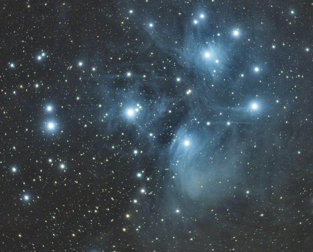 Zentraler Bereich der Plejaden (M45). Die ziemlich jungen Sterne sind noch in Staub gehüllt, der ihr Licht reflektiert.