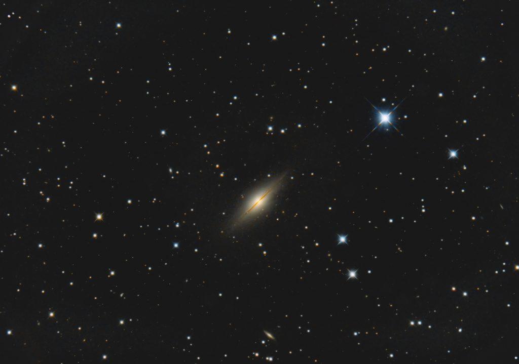 """NGC7814. Diese Galaxie in perfekter Kantenstellung findet man im Sternbild Pegasus, etwa 1.5° nordwestlich des hellen Sterns gamma-Peg. Die Galaxie ist ca. 50 Millionn Lichtjahre entfernt. 19 Bilder a 10min, 16""""-RC, Nikon D800."""