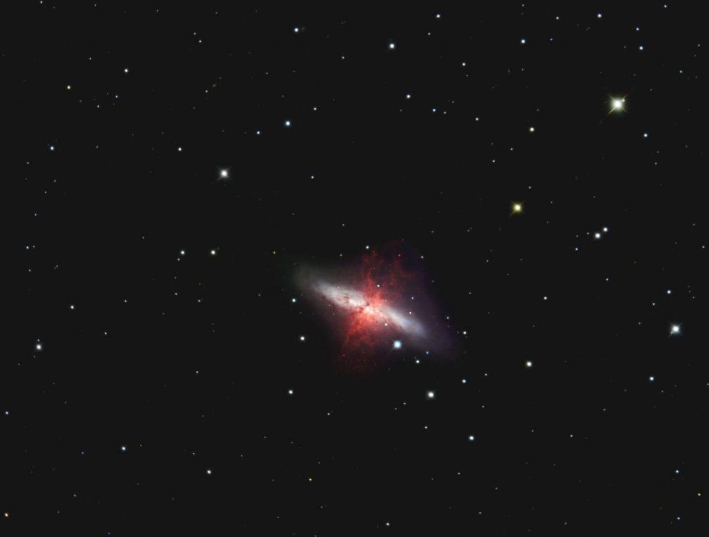 M82, Starburstgalaxie im Großen Wagen (UMa). Composit aus Bildern die Harald Simon mit dem 1m Cassegrain am OHL gemacht hat mit meinen eigenen. Für die Bildverarbeitung habe ich PixInsight und Photoshop benutzt.