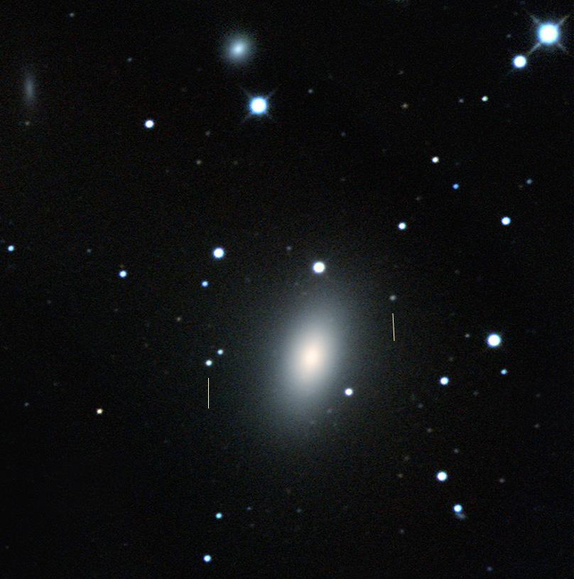 M59 mit M59-UCD3, markiert durch den Strich links. Rechts das im Paper erwähnte Objekt M59cO.